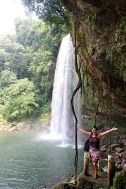 Palenque, Wasserfall Misol-Ha: Von der Seite sieht man erst wie viel Wasser dort herunterstürzt.