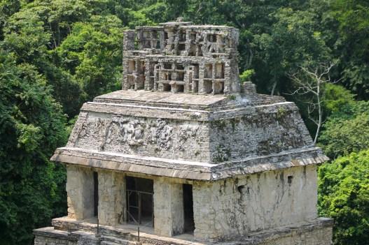 Palenque: Der Templo del Sol (Tempel der Sonne) aus der Grupo de las Cruzes mit der am besten erhaltenen Dachkonstruktion