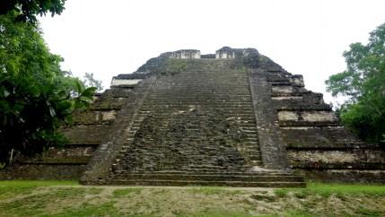 Guatemala, Tikal: Der Talud-Tablero Tempel 5C-49 im Teotihuacan-Stil im nordwestlichen Bereich von Mundo Perdido (Lost World)