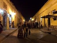 San Cristobal. Stolze Mexikaner flanieren in Tracht durch die Strassen