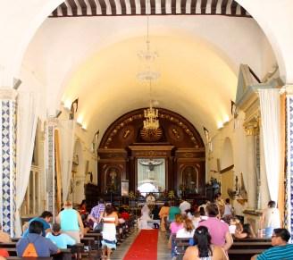 Campeche: Hochzeit in der Iglesia de San Roman vor dem Bildnis des schwarzen Jesus