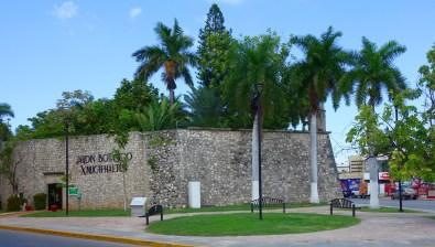 Campeche: Im Baluarte de Santiago befindet sich heute der Jardín Botánico Xmuch Haltún