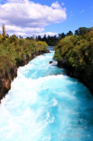 Taupo, Huka-Falls: Durch diesen nur 15 m breiten Canyon muss sich der vorher 100 m breite Waikato River zwängen