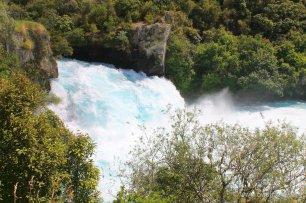 Taupo, Huka-Falls: Majestätisch wie das Wasser über die 11 m hohe Klippe am Ende des Canyon schießt