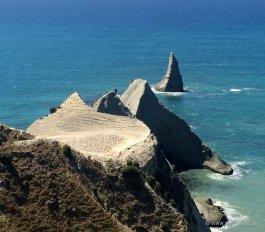 Cape Kidnapper: Blick über eine weitere Tölpel-Kolonie zur Spitze des Kaps