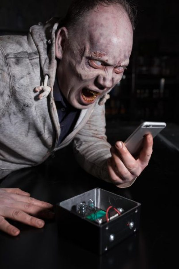 walking dead thorpe park rollercoaster phone charged by scream