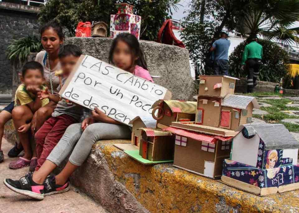 La otra realidad: Familia cambia casitas de cartón por comida en las calles de la CDMX