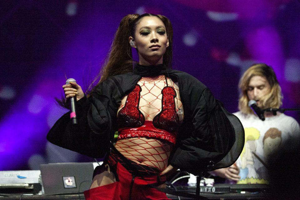 Rina Sawayama: La promesa del pop británico que no le teme al metal