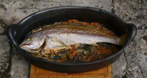 plat à four ovale en terre cuite noire Oyera