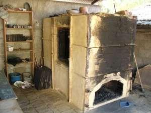 four à bois pour la cuisson et l'enfumage de la poterie noire de Molelos