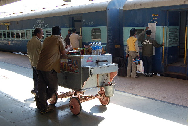 Vendors on the platform. Courtesy of Bahnfrend/Wikimedia.