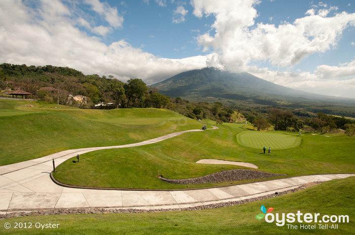 As vistas em toda a propriedade são incríveis, especialmente as do campo de golfe projetado por Pete Dye.