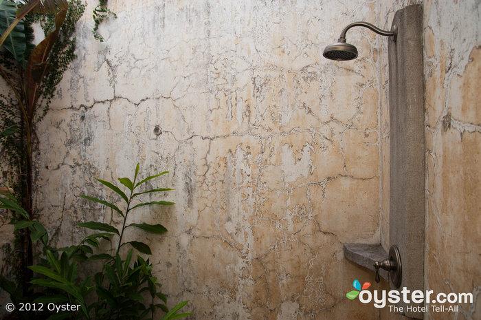 Os banheiros são impressionantes, com banheiras e chuveiros ao ar livre privados sensuais.