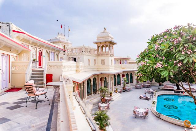 Le couloir et la piscine au Shiv Niwas Palace / Oyster