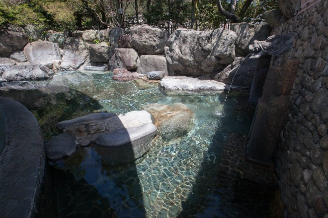 Spa al aire libre para hombres en Suimeikan / Oyster