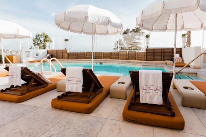 La piscina en el Sunset Tower Hotel / Oyster