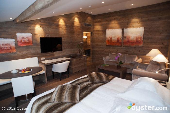 As suítes incluem áreas de estar e banheiros espaçosos.