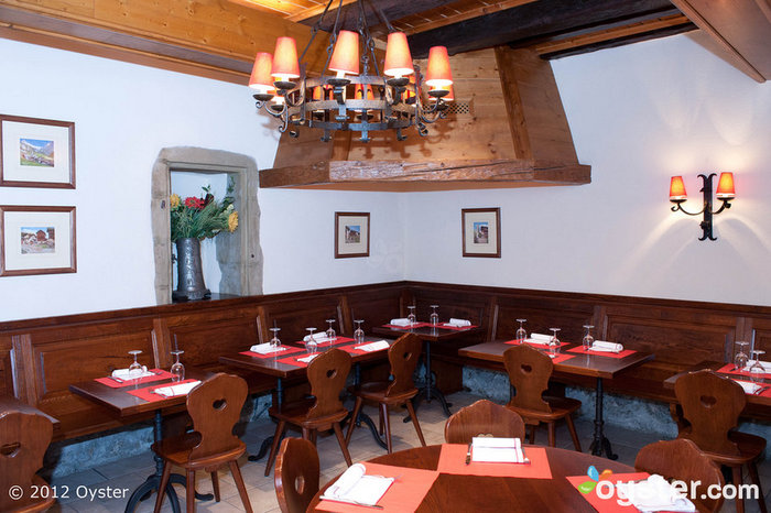 O restaurante tem uma vibe rústica, mas serve pratos gourmet.