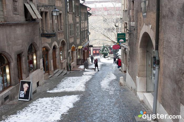 O hotel está localizado em uma rua pitoresca, ladeada por edifícios históricos.
