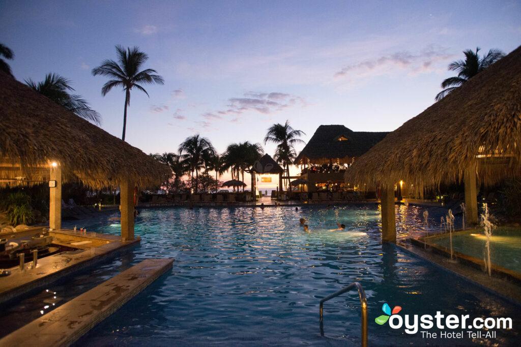 La piscina al aire libre en Flamingo Beach Resort & Spa / Oyster