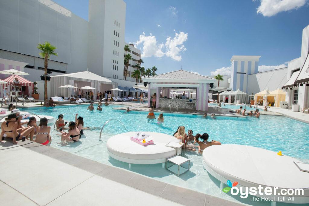 Piscina en SLS Las Vegas Hotel & Casino / Oyster