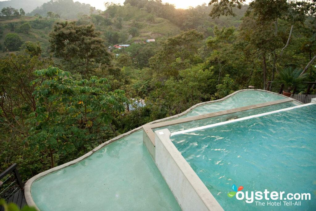 La piscine de Gaia Hotel & Reserve / Oyster