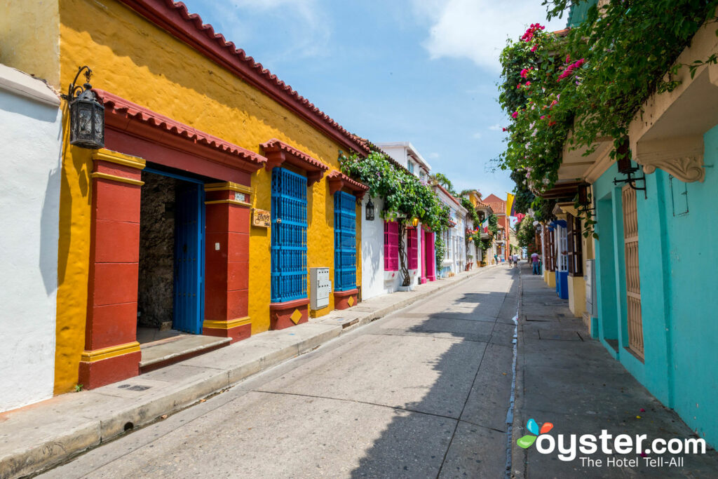 Coloridas calles de Cartagena's Walled City / Oyster