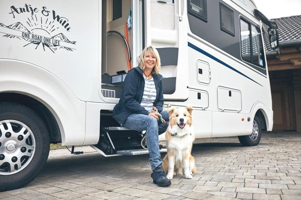 Antje Fröschen mit Hund am Wohnmobil
