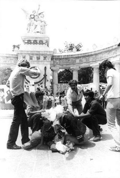 Imagen 1. Manifestación política solidarizando con causa exiliados chilenos en monumento a Benito Juárez, México D.F.