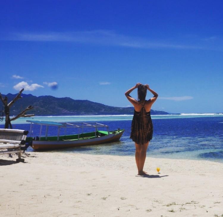 MOTM Danielle Ellis | Millennial Young Traveler Adventure | Packs Light