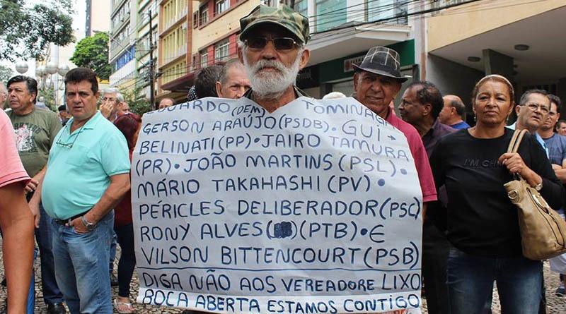 Multidão protesta contra o aumento do IPTU em Londrina