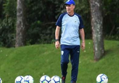 Técnico do Londrina pede o boné depois da derrota para o Bahia