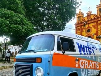 """Maestro de Chiapas lleva internet gratuito a estudiantes en su """"Combiteca"""""""