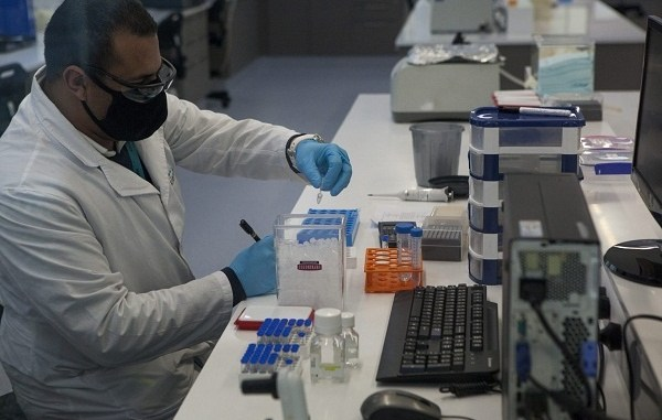 AstraZeneca reanuda ensayos de su vacuna contra el coronavirus