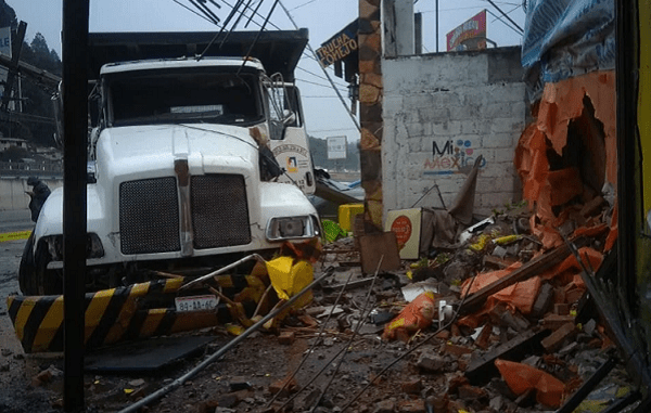 Camión embiste autos y locales de comida en La Marquesa #VIDEO