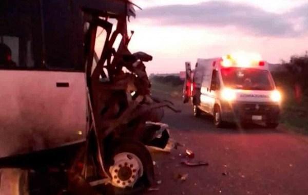 Pipa de agua choca contra autobús de pasajeros en Querétaro