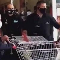 Vigilantes sacan a golpes a una mujer que intentó robar en supermercado #VIDEO