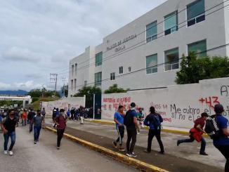 Papás y normalistas de Ayotzinapa vandalizan el Palacio de Gobierno de Iguala #VIDEO