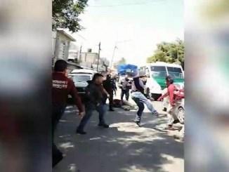 Por un letrero, vecinos de Ecatepec descalabran a servidores públicos