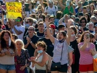 En Suecia y Alemania, pobladores se manifiestan contra el uso del cubrebocas