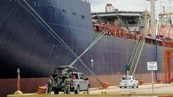 """Marina asegura buque gigante que servía para """"huachicolear"""" combustible"""