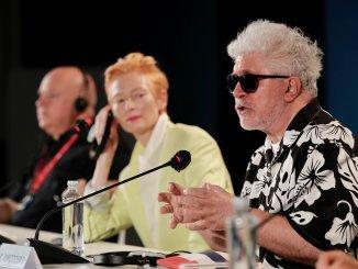 Almodóvar se suma a las voces que piden desde el Festival de Venecia reabrir las salas de cine