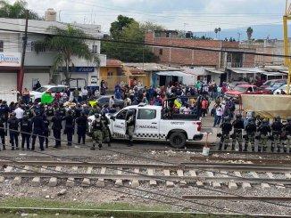 Policías y normalistas se enfrentan en Michoacán, por los bloqueos a las vías férreas en Caltzontzin #VIDEO