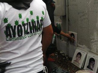 Padres de los 43 normalistas de Ayotzinapa se manifiestan en FGR