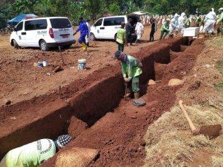 Autoridades en Indonesia obligan a cavar tumbas y rezar por víctimas de COVID-19 a quienes no usen cubreboca