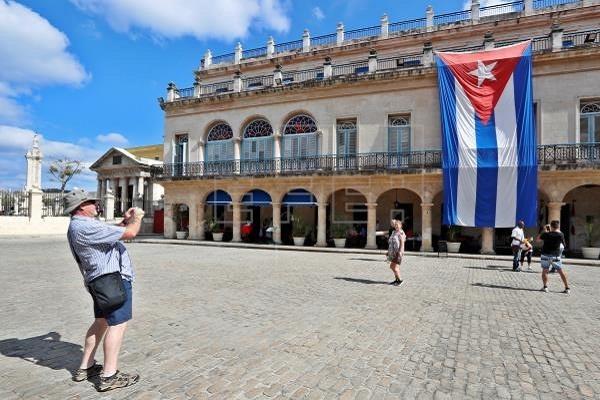 Cuba recibe el primer avión lleno de turistas tras meses de ausencia
