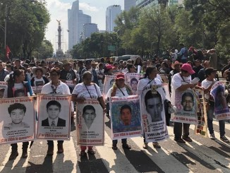 Avanza al Zócalo marcha por aniversario de desaparición de 43 normalistas de Ayotzinapa