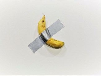 """La """"comedia"""" del plátano pegado a la pared"""