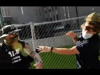 Manifestante cachetea a guardia y éste le dispara y lo mata