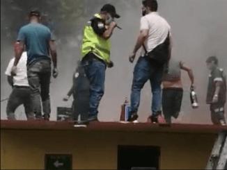 Incendio en almacén de limpieza deja dos personas intoxicadas